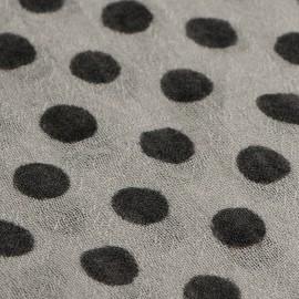 Lysegråt tørklæde med sorte prikker