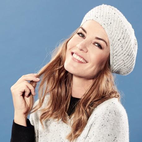Hvid baret med nister i cashmere strik