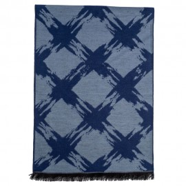 Tørklæde i børstet silke med lyseblåt mønster