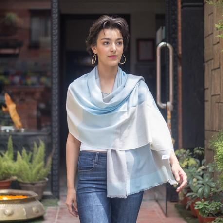 Ternet cashmere tørklæde i lyseblå, grå og hvid