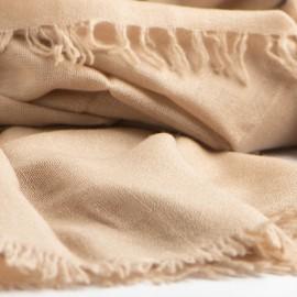 Sandfarvet sjal i lærredsvævning