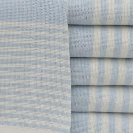 Lyseblåt stribet badehåndklæde