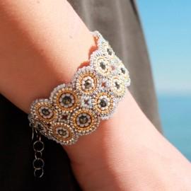 Smukt håndlavet armbånd i sølvgrå perler
