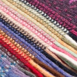 Stribet tørklæde i røde og blå nuancer