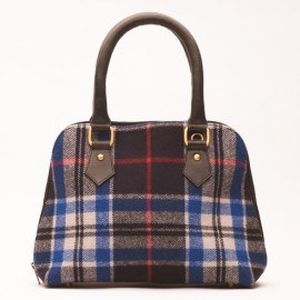 Håndtaske i læder og blåt skotskternet uld